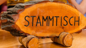 Holzschild mit Aufschrift &quot;Stammtisch&quot; |  Kzenon - Fotolia.com